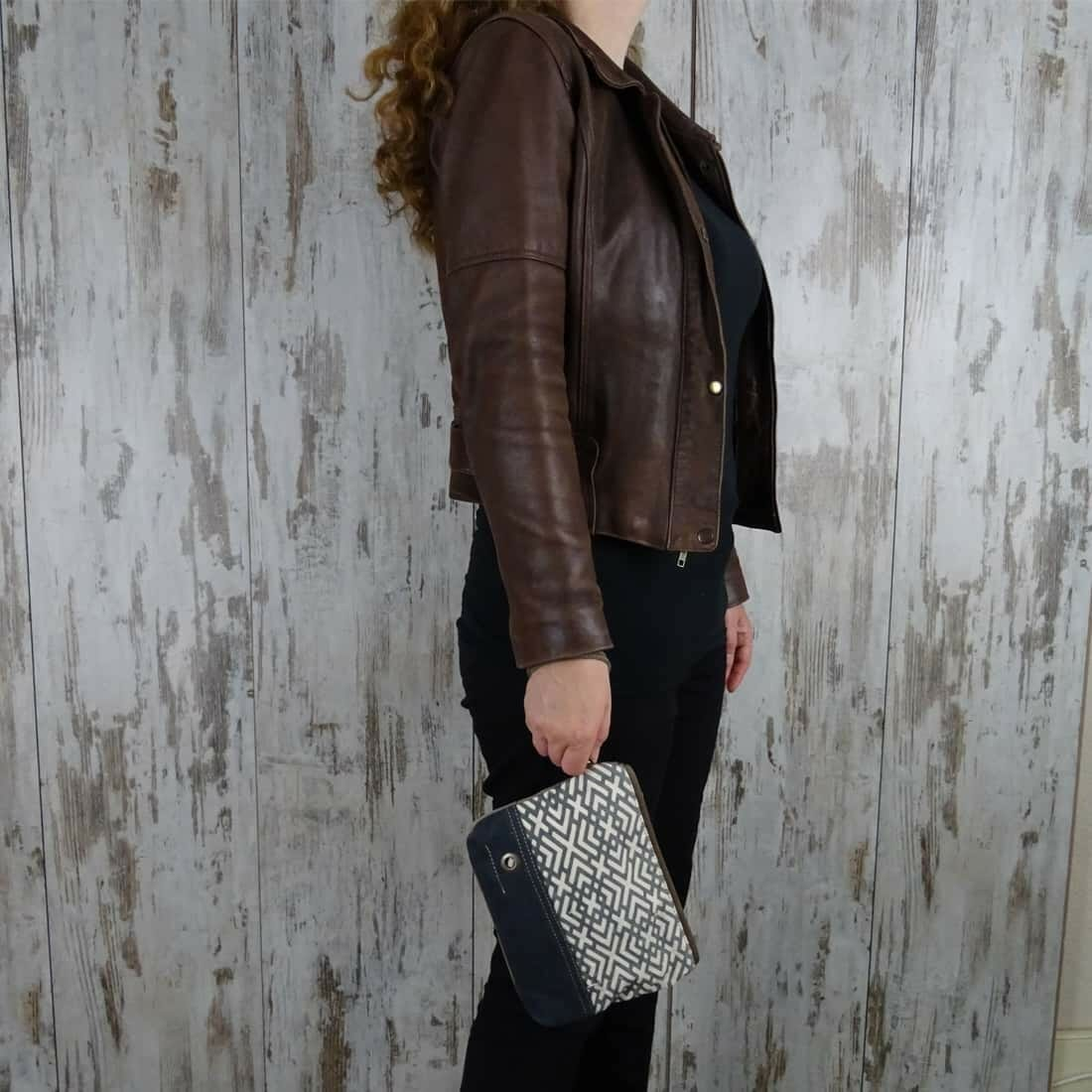 Myra Bag Clutch Oceane persoon1