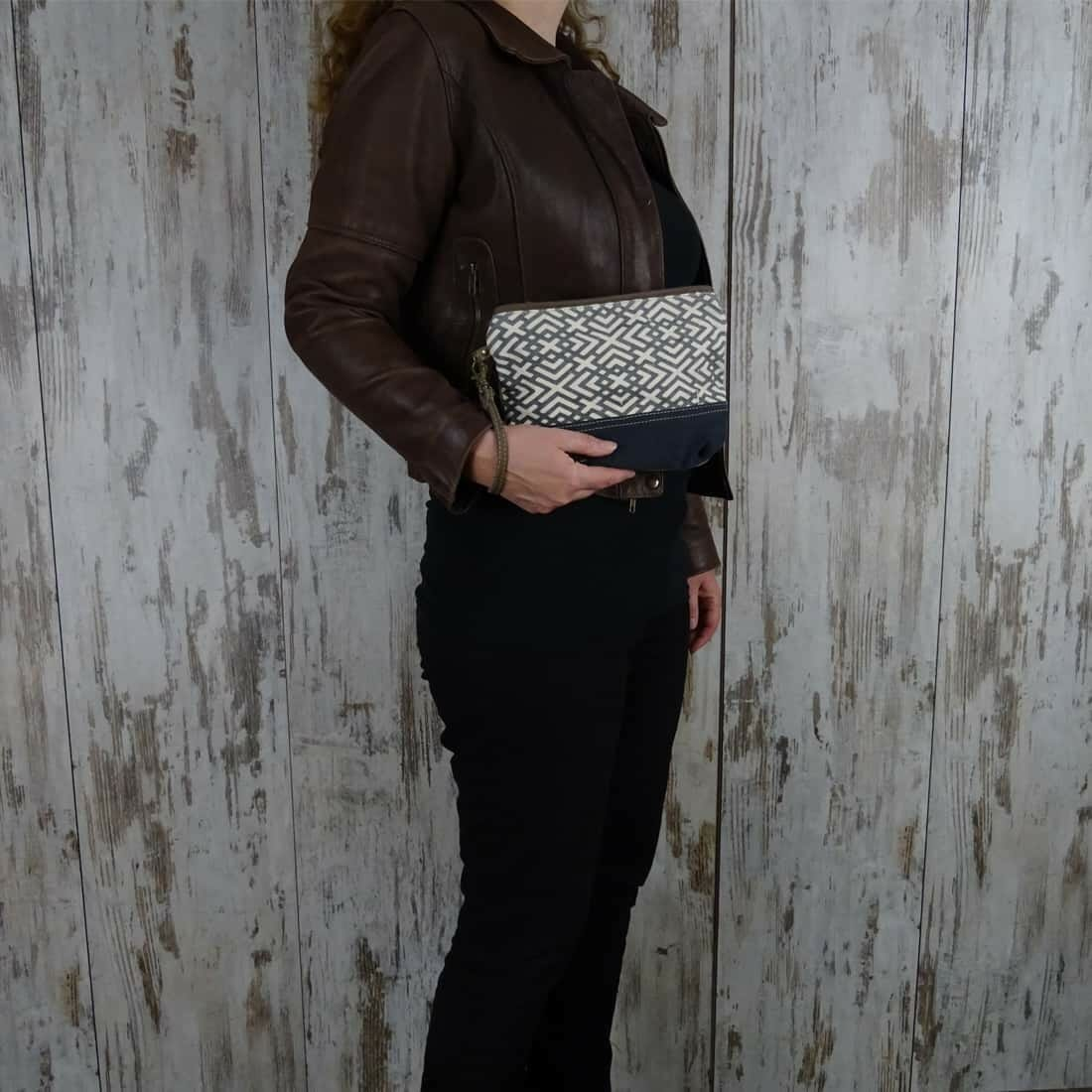 Myra Bag Clutch Oceane persoon2