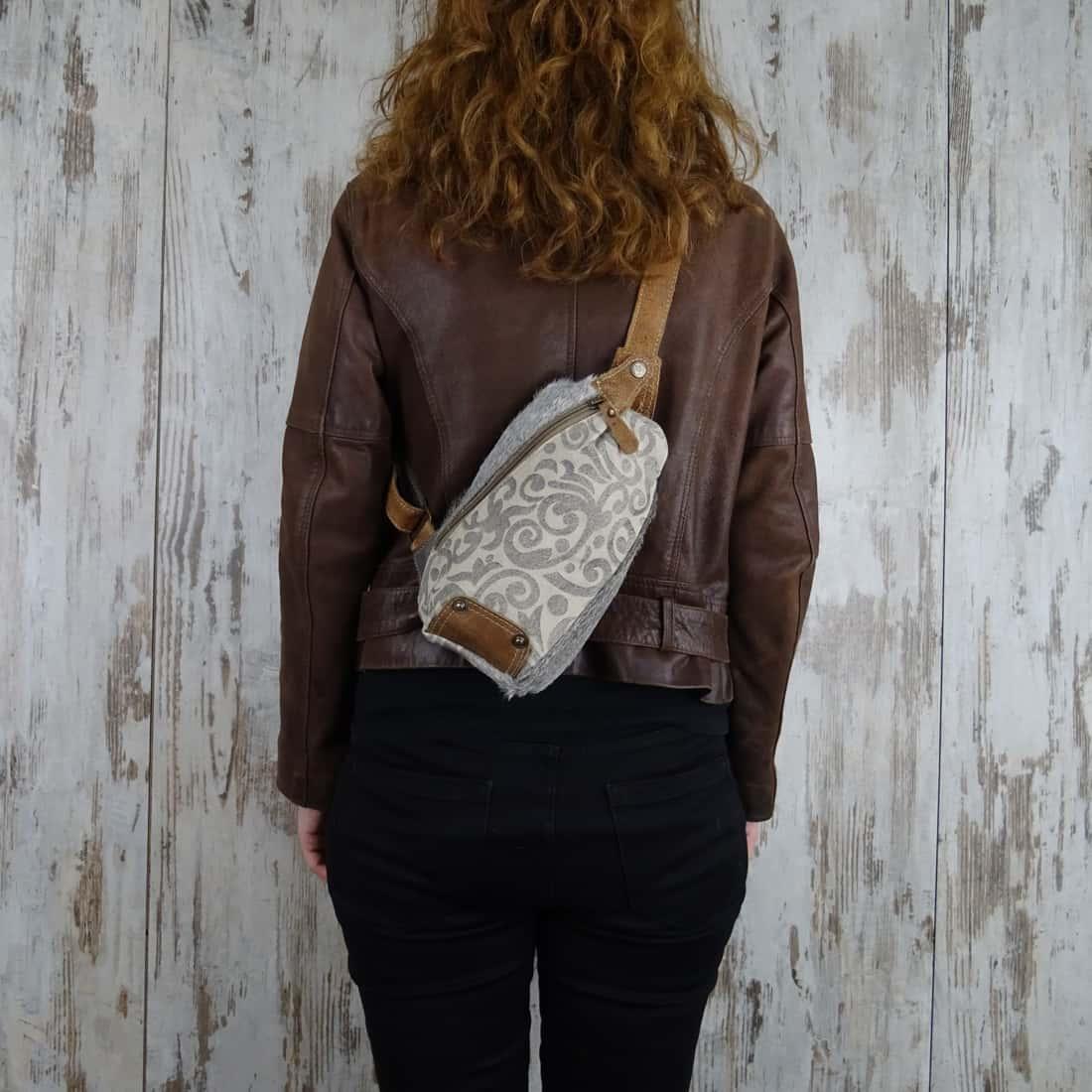 Canvas Crossbody tas met Koeienhuid en Leer Quirine gedragen door vrouw2